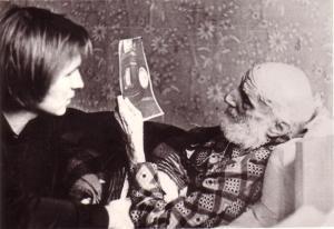 Я показываю Шульгину фотографию могил его родителей на Байковом кладбище в Киеве. Владимир, 1974