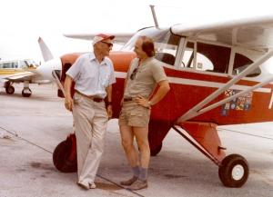"""С Дмитрием Шульгиным у его самолета. На оборотной стороне фотографии надпись: """"Дорогому Жене на добруую памть от Сюши и Демьяна. Alabama - Bessemer Июнь 1983"""