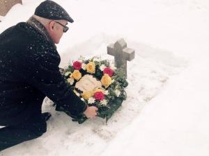 Генконсул России Юрий Вартанович Беджанян ставит свечку на могиле Н.П.Пассека