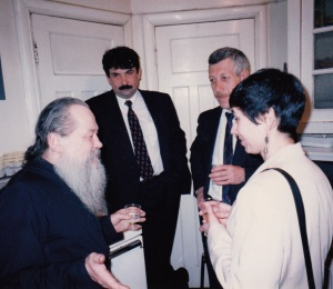 Отец Сергий Киндяков в окружении друзей, 1990-е годы.