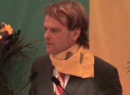 Крис Александр в оранжевом шарфике