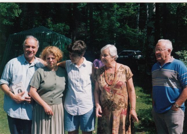 Еще одна фотография,, сделанная, возможно, тоже в парке Эллис. На прогулке Сергей Коковкин, Аня Родионова, Лиля Колосимо, Вероника и Юрий Штейны.