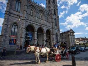 Коляска перед собором Нотр Дам в Монреале
