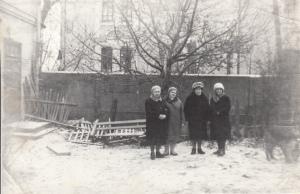 Двор дома №41 на ул.Дурова. Жители квартиры №6 снимаются на фоне мечети незадолго перед сновом дома. Конец 70-х годов.