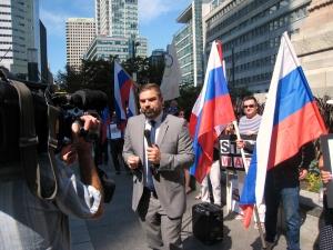 Корреспондент RT ведет репортаж
