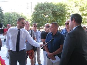 Охранник не пропускает в здание делегацию с петицией