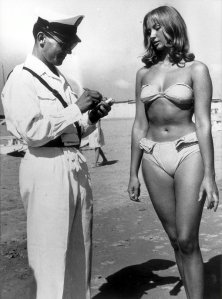 Штраф за бикини в Римини. Италия, 1957 год.
