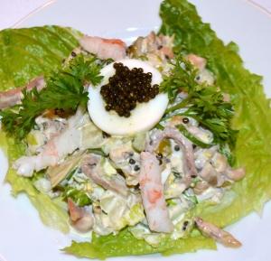 """Подача настоящего салата """"Оливье"""" на индивидуальной тарелке в монреальском  ресторане """"Эрмитаж"""""""